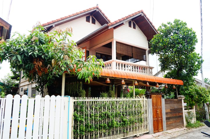 J Yim'S house 周六夜市•清迈唯一银饰村里的家庭小院 - haiya - Villa
