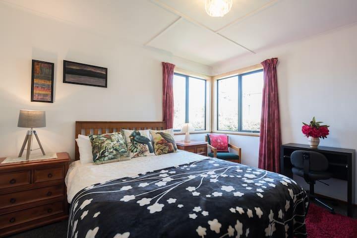 Casual kiwi, big comfy bed, 5 min to city.