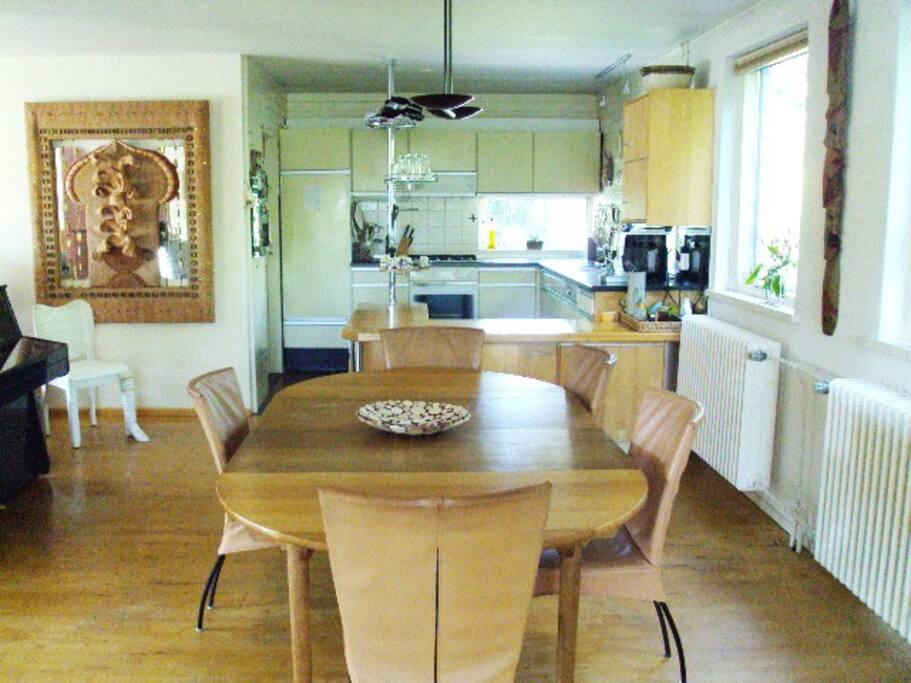 Deel van de huiskamer en de open keuken