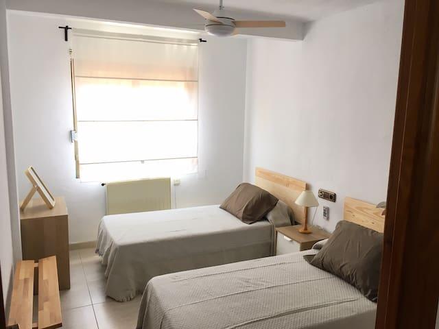 Habitación pequeña con dos camas individuales