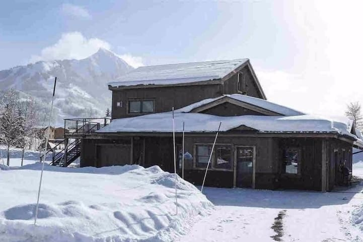 Beautiful Apartment Steps to Skiing & Village!
