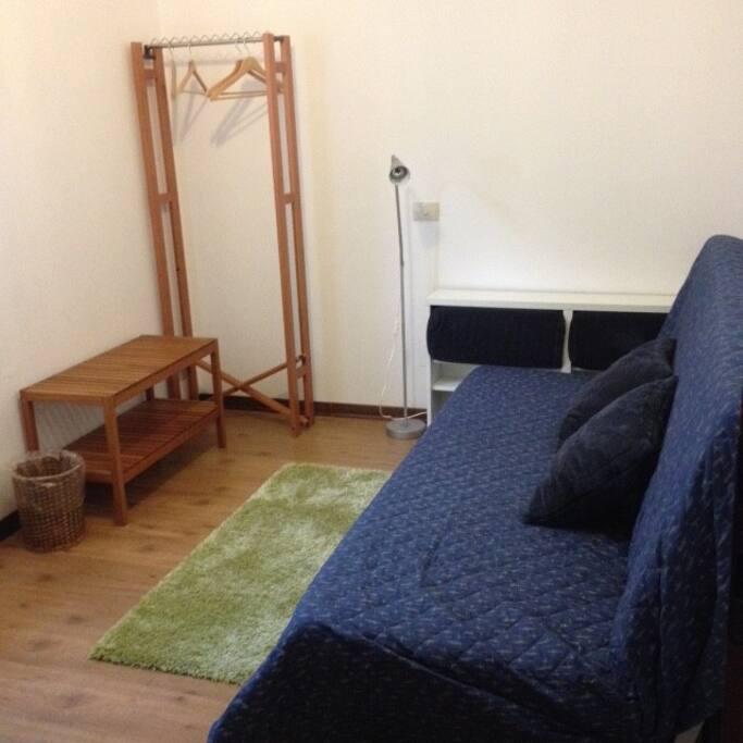 La parte sx con il divano letto