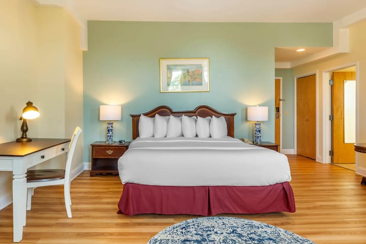 King Room w/ Breakfast, Carriage House Newport