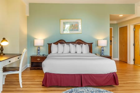 King Room w/ Breakfast, Carriage House Newport