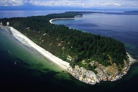 Savary Island Getaway Cabin-kick back and relax!! - Lund - Kabin