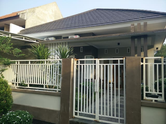 Cozy house to stay in Surabaya (with TV)