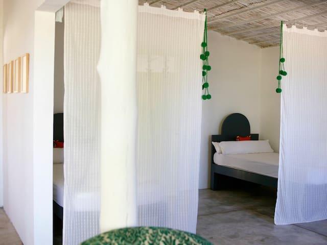 Une partie du salon constitue une alcôve dans laquelle se trouvent les deux lits jumeaux.