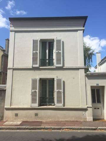 Parisian suburb one bedroomed apartment near RER A