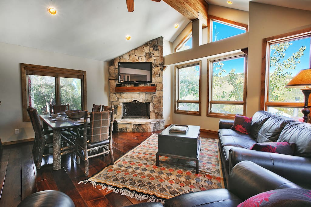 Main Room with HDTV, Fireplace, Views, Wifi, Couch and Dining for 6