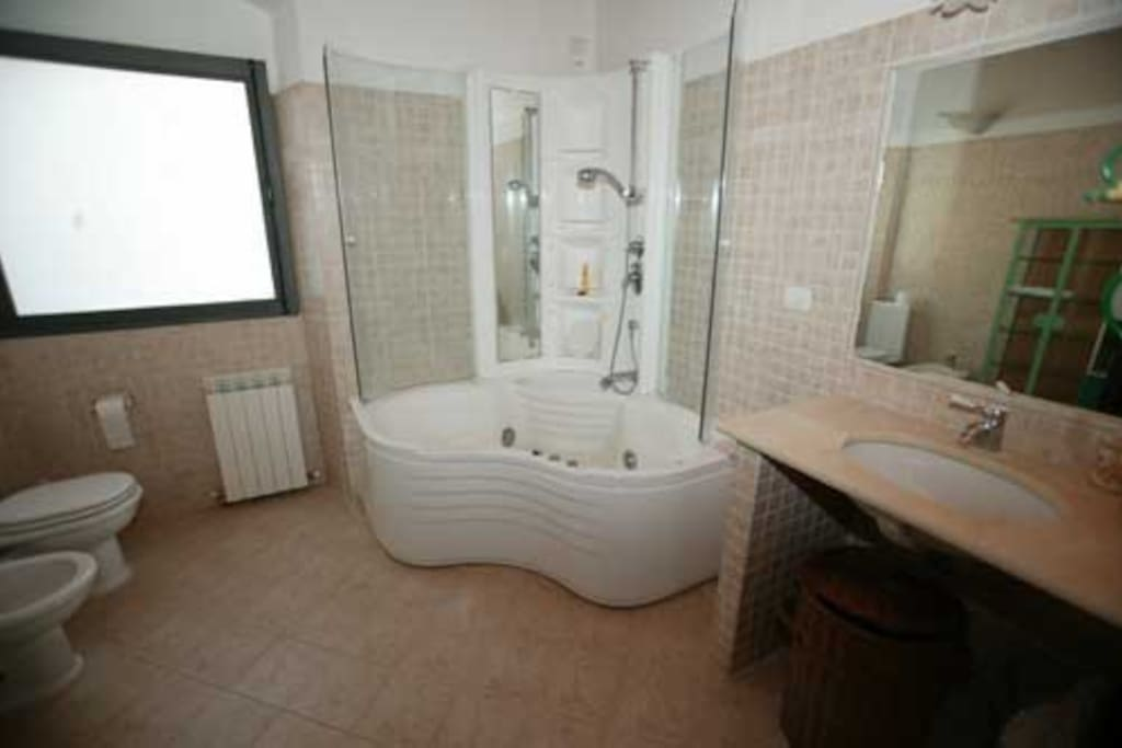 bagno con idromassaggio e doccia