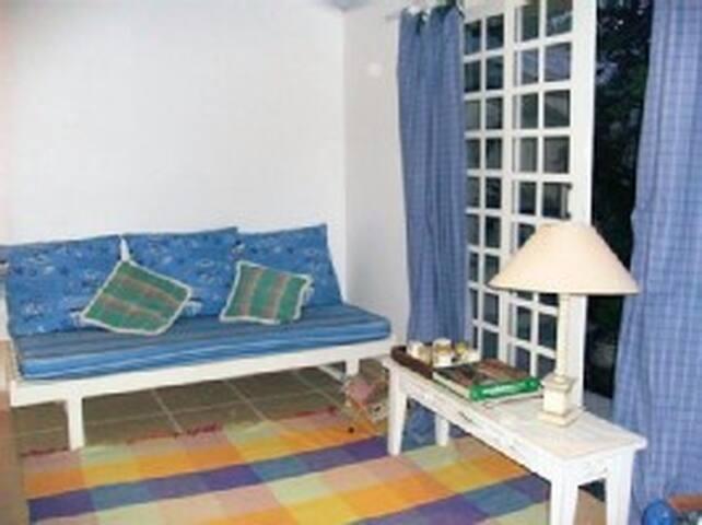 Dormitório com vista para jardim