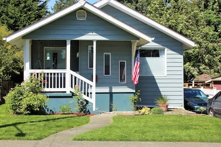 Charming Seattle Oasis - 2br/1ba + full kitchen!! - House