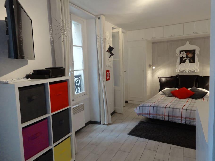 Superbe studio avec les vraies oeuvres d'art. Idéalement situé près des Champs-Elysées.
