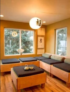 Asian Motif Lodge (large group, walk to ski lifts) - Anchorage - Dom