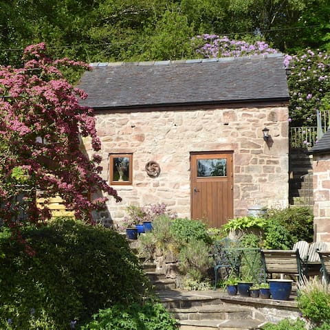 One bedroomed canalside self catering cottage
