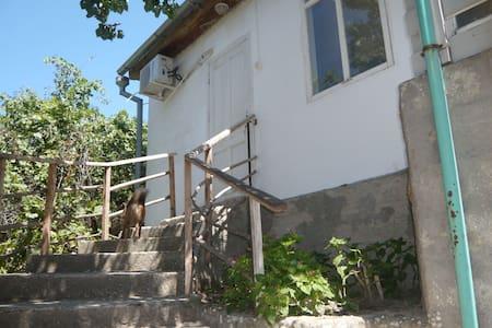 Отдельный домик с удобствами недалеко от берега