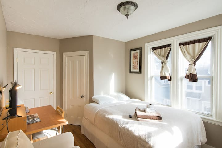Nice Sunny Quiet room near downtown - Milford - House