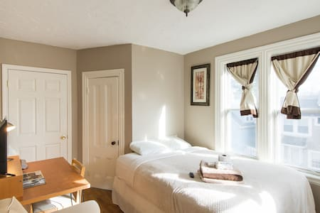 Nice Sunny Quiet room near downtown - Milford