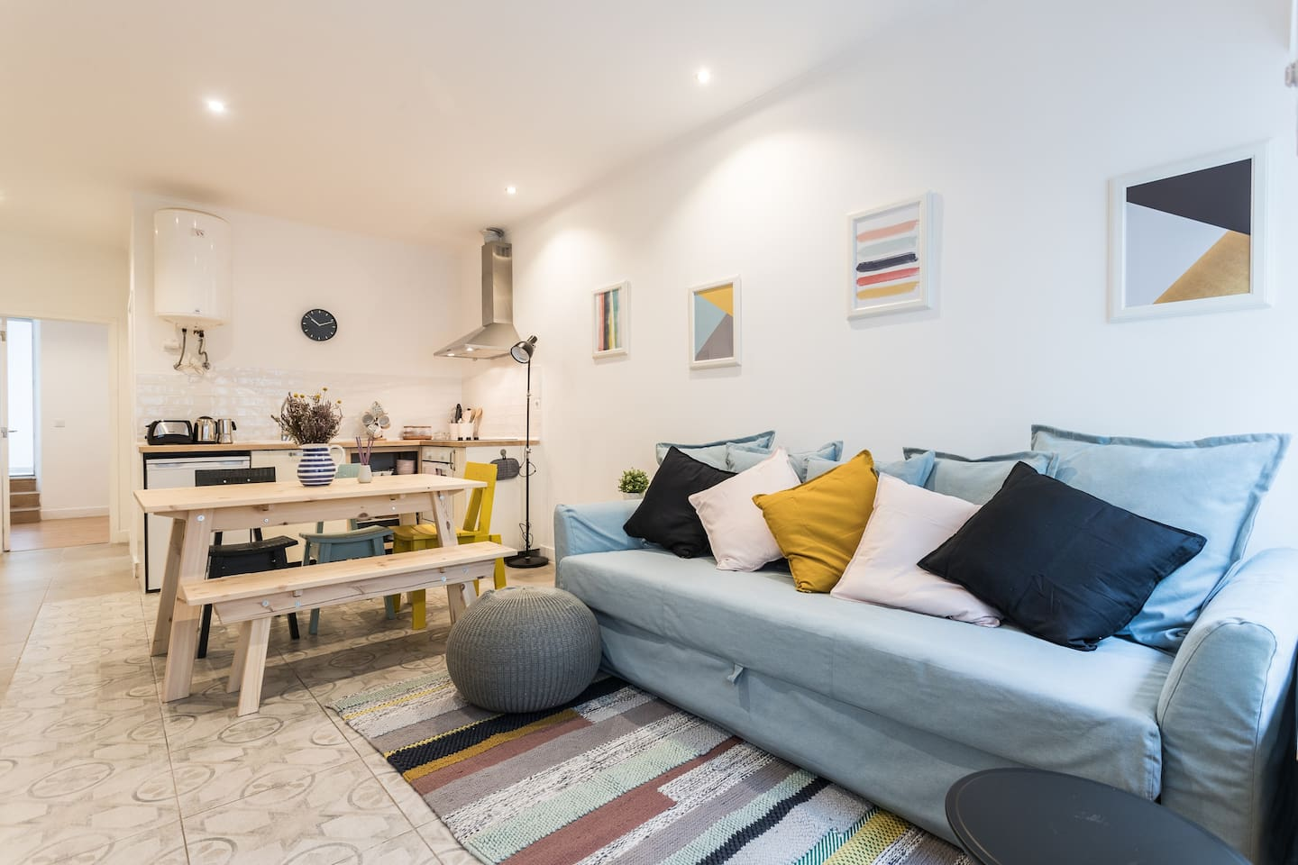 The design colours, materials and patterns have been carefully chosen to give a sense of cohesion and extra comfort throughout the apartment.