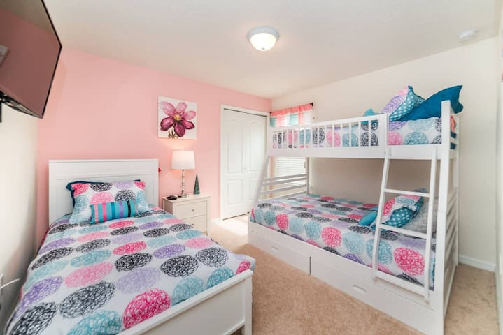 Cute room up to 4.Disney Parks. Resort amenities