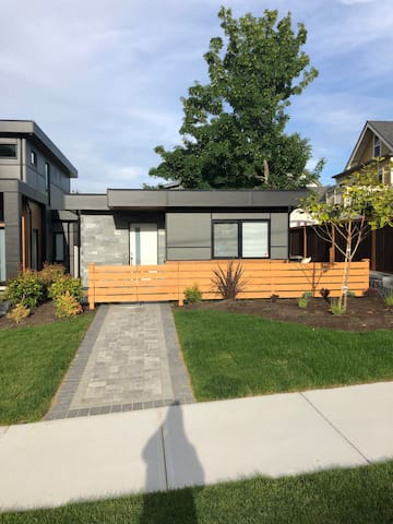 Beautiful New Small house, steps to Dallas Road