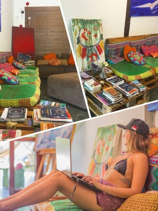 Possuímos uma Sala de Estar e Televisão composta por pallets e almofadas coloridas, nela os hóspedes podem interagir ou descansar a qualquer hora.