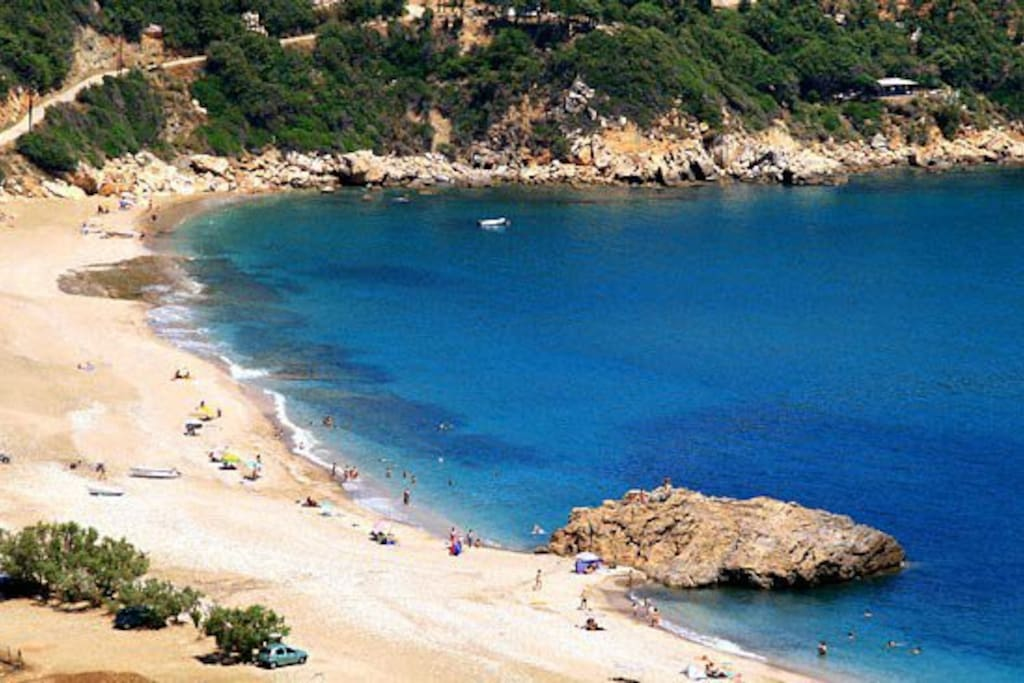 Paltsi Magnisia beach 2 minutes driving from your stay