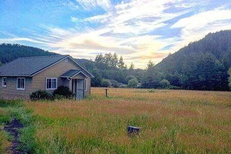 Charming Studio Cottage on Tree Farm - MONTHLY