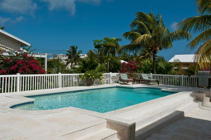 Lovely Compound w Pool, Block to Saunders Beach