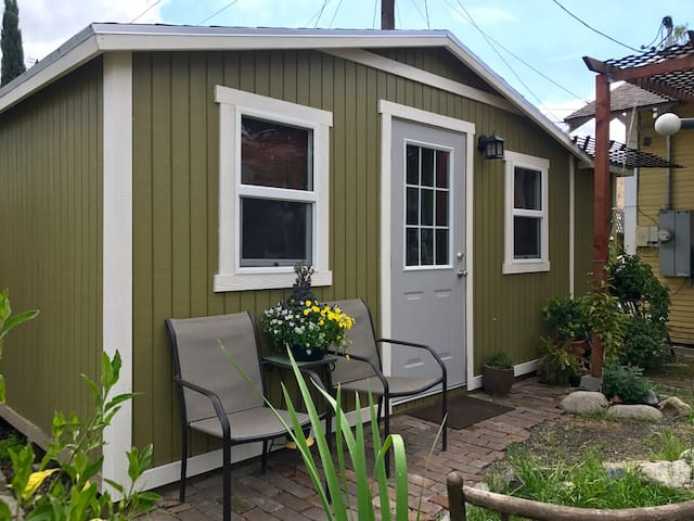 Charming Tiny House with Amenities - Ontario - Hus