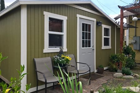 Charming Tiny House with Amenities - Ontario - Rumah