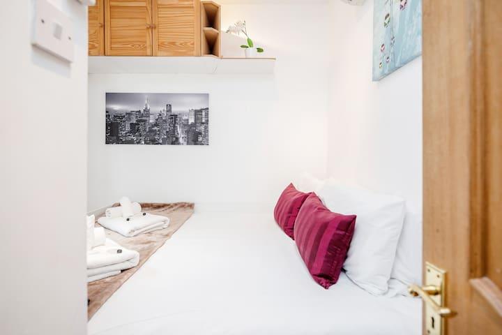 Modern studio apartment, Trafalgar Square T3A