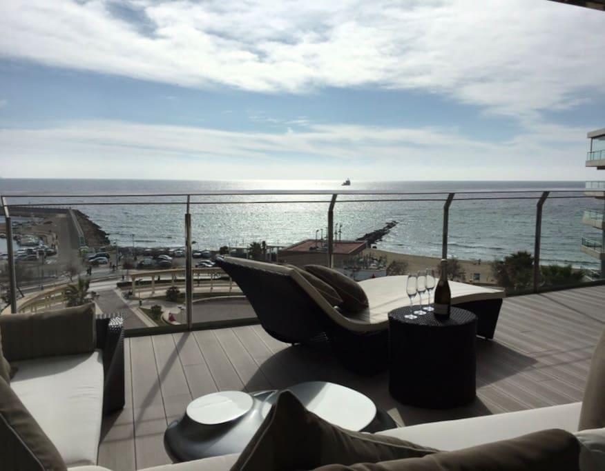 Terraza sofa y mesa + tele en la terraza