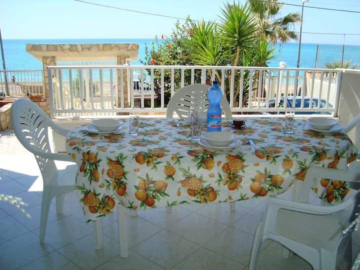Apartment with 2 bedrooms in Seccagrande, with wonderful sea view and furnished terrace - 6 m from the beach
