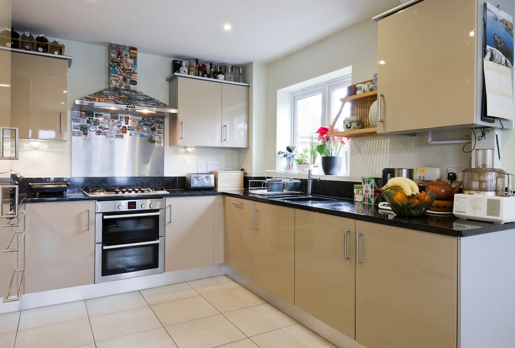 Large fully equipped kitchen with breakfast table; sits 6. Granite tops, fridge/freezer, microwave, 5-burber hob and double oven/grill.