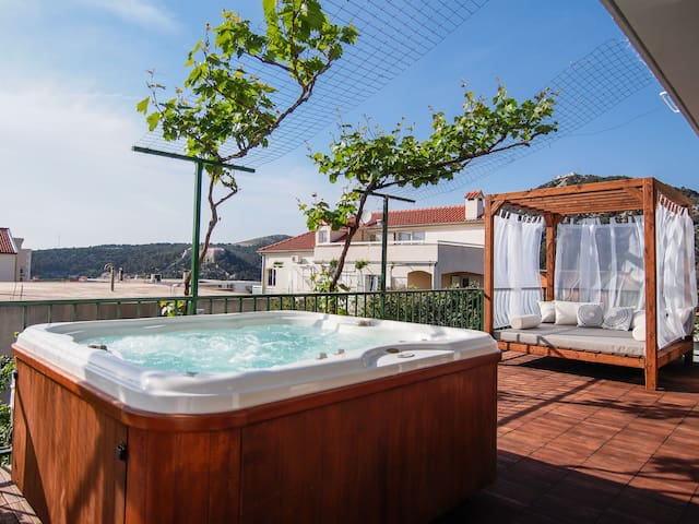 jacuzzi-barbecue-terrace-lots of space-relax