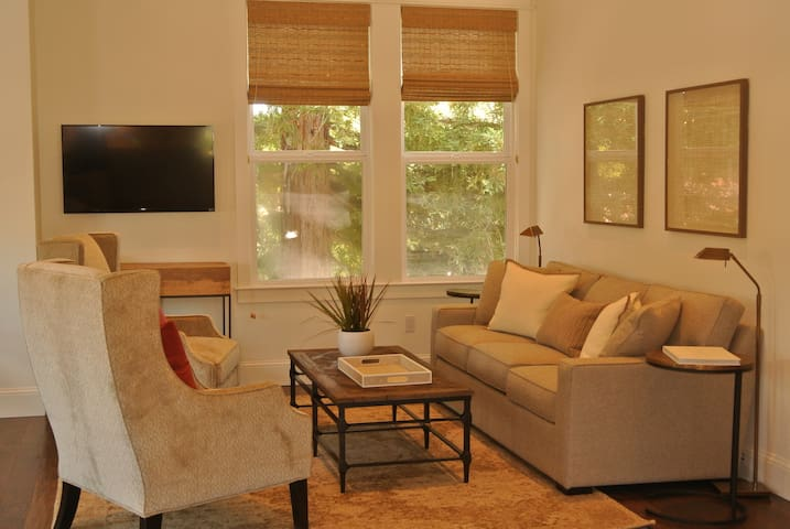 2 bedroom Apartment with Balcony Downtown Sonoma