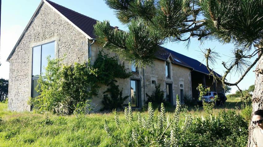 Ancienne étable rénovée - Eperrais - บ้าน