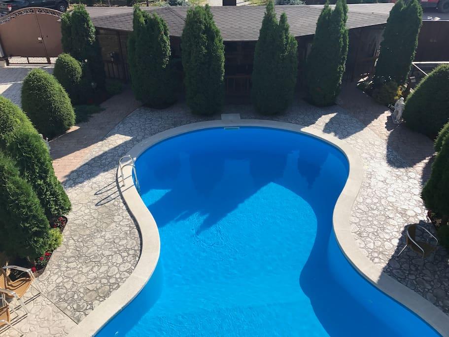 вид на бассейн со второго этажа