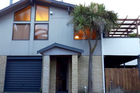 Elevated in Welcome Bay, private and comfortable. - Tauranga