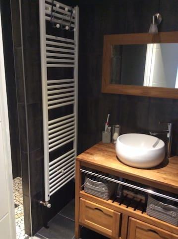 Salle de bain partagée qui jouxte la chambre