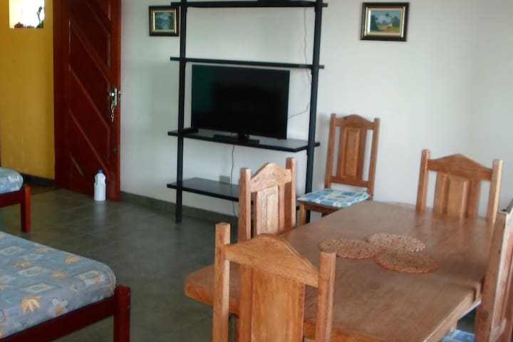 Sala com TV digital.