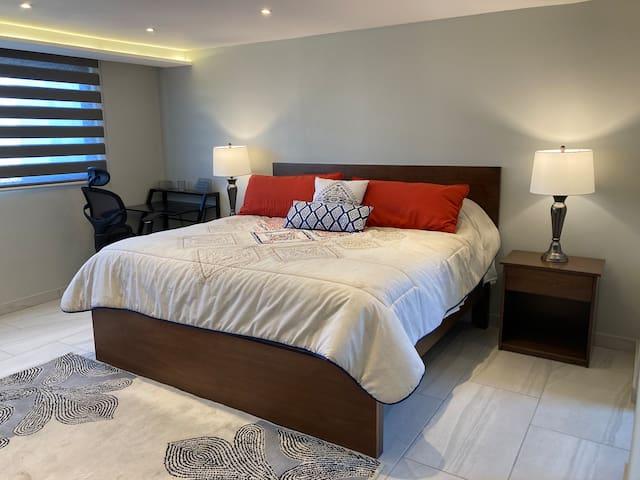 La recámara principal es muy amplia, con cama king, closets grandes y un baño completo