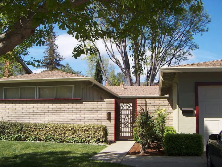 3BD/2BA Single-Family Home w/ AC, Courtyard & Yard