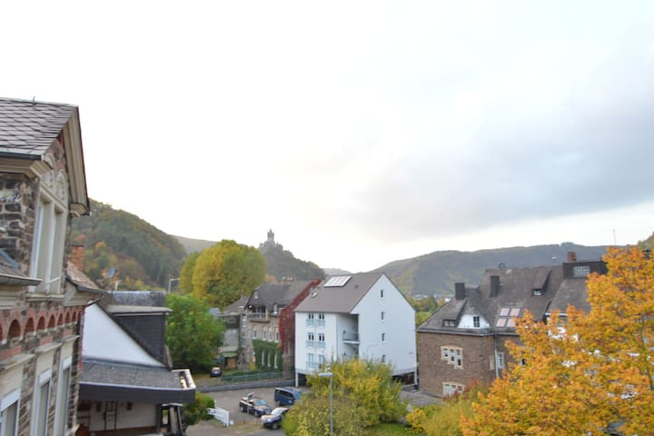 Beautiful and comfortable upstairs apartment with view over the Moselle and castle at Cochem.