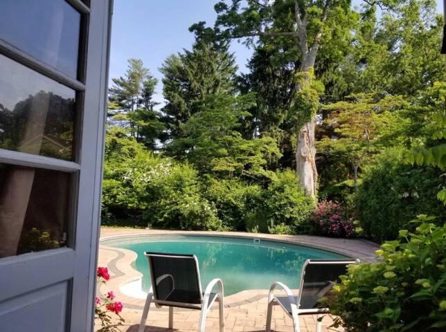 Hampton-style Locust Valley Village Suite