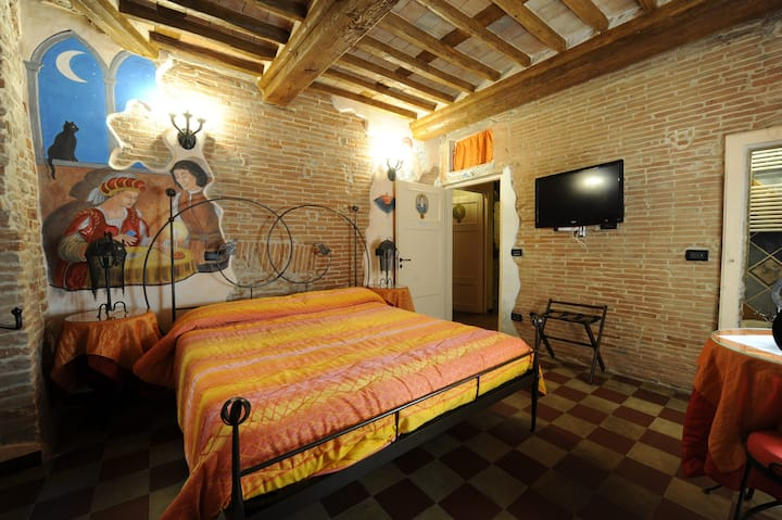 """B&B Charme in the heart of Lucca """"Adelasia room"""""""