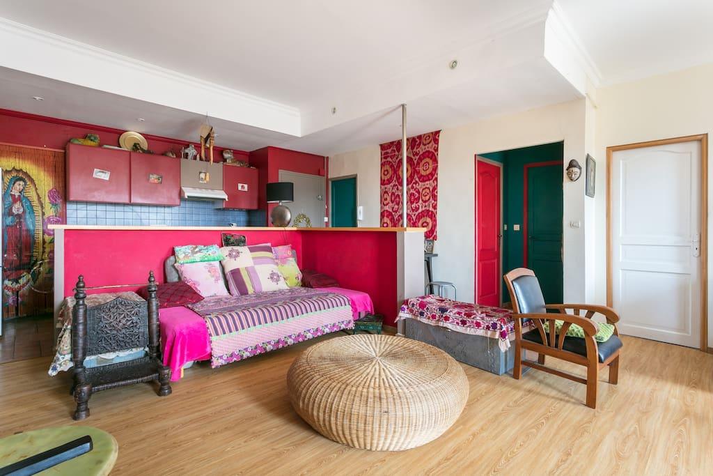 """Vue de la partie """"détente"""" du séjour, avec le 2ème lit (clic-clac au matelas ultra confortable, vraiment un vrai lit). Si vous préférez, vous pouvez basculer le lit en position canapé."""