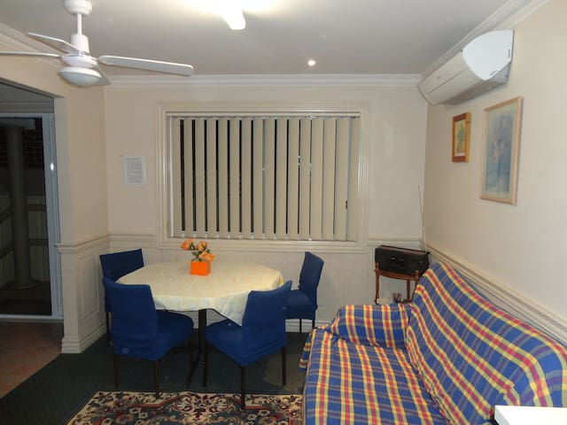 Sydney SWest entire House 1 or 2Bd with parking - Casula - Casa