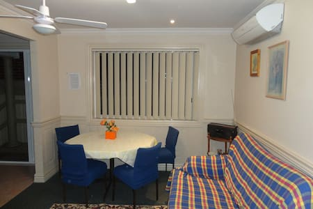Sydney SWest entire House 2Bd with parking - Casula - Dům